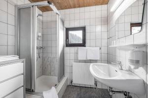 A bathroom at Gasthof Schroll