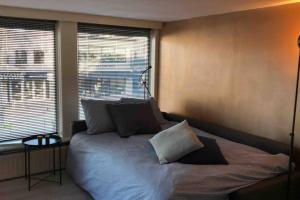 Een bed of bedden in een kamer bij Private Central Apartment near Amsterdam/Utrecht