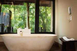 A bathroom at Loi Suites Iguazu Hotel