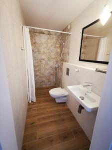 Łazienka w obiekcie 4 Pory Roku Apartamenty Domki Pokoje