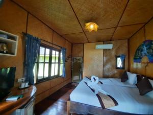 A bed or beds in a room at Koh Chang Bailan Beach Resort