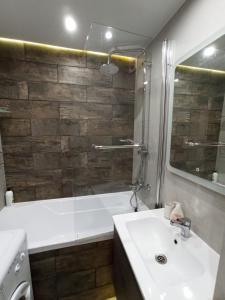 A bathroom at Salvador Апартаменты метро Красный проспект
