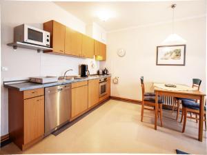 A kitchen or kitchenette at Dünenpark Binz - Klassik Appartement mit 1 Schlafzimmer und Balkon im Obergeschoss 018