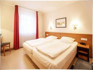 A bed or beds in a room at Dünenpark Binz - Klassik Appartement mit 1 Schlafzimmer und Balkon im Obergeschoss 018