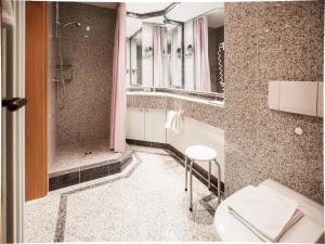 A bathroom at Dünenpark Binz - Klassik Appartement mit 1 Schlafzimmer und Balkon im Obergeschoss 018