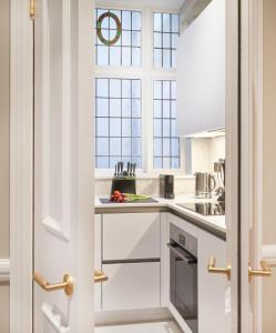 A kitchen or kitchenette at 11 Cadogan Gardens Hotel & Apartments