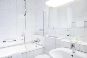 A bathroom at NH Wiesbaden