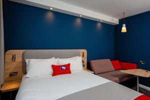A bed or beds in a room at Holiday Inn Express Canterbury, an IHG Hotel