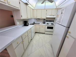 A kitchen or kitchenette at South Seas 1707