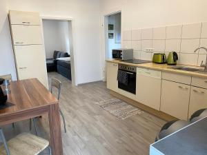 A kitchen or kitchenette at Zimmervermietung Lösken