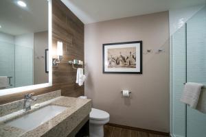 A bathroom at Malcolm Hotel by CLIQUE