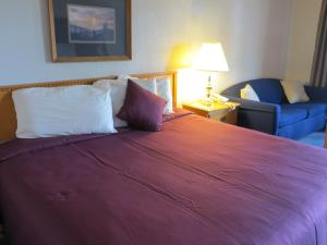 A bed or beds in a room at Mountain House Inn Downtown