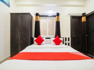A bed or beds in a room at OYO 76301 The Balaji Residency