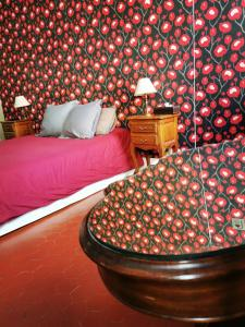 A bed or beds in a room at Les Chambres des Barques