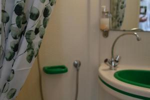 A bathroom at Hôtel Les Tennis Men La Baule Les Pins centre