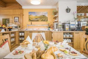 Ein Restaurant oder anderes Speiselokal in der Unterkunft Hotel Finkenbergerhof