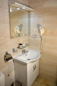 A bathroom at Park Lakeside Hotel