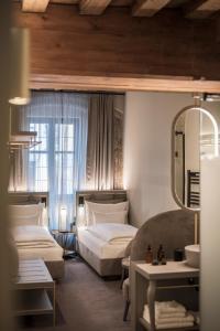 Ein Bett oder Betten in einem Zimmer der Unterkunft Altstadthotel Weißes Kreuz