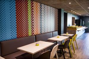 A restaurant or other place to eat at ibis budget Avignon Centre