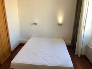 A bed or beds in a room at Boost Your Immo Marseille 1er arrondissement 467