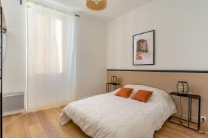 A bed or beds in a room at Le patio de Perier
