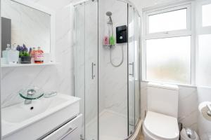 A bathroom at Stunning 1 Bedroom Serviced Apartment WRB