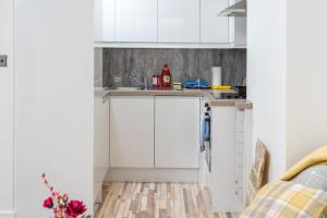 A kitchen or kitchenette at Stunning 1 Bedroom Serviced Apartment WRB