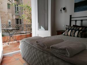 A bed or beds in a room at Casa Consell Gran Via, Guest House