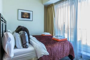 A bed or beds in a room at Dubai Marina 2BD with Panoramic Sea Views