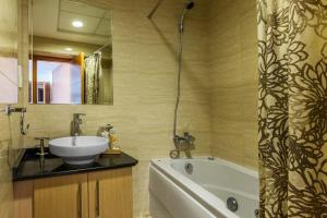 A bathroom at Dubai Marina 2BD with Panoramic Sea Views