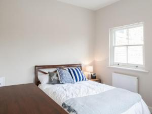 A bed or beds in a room at Pass the Keys Newly Refurbished flat with Decked Sun Terrace in Lewisham
