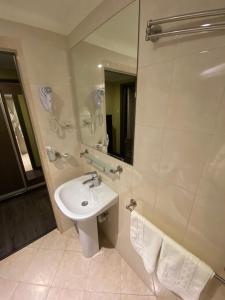 A bathroom at Zhar