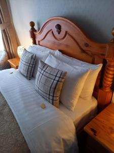 A bed or beds in a room at Beach Cove