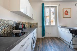 A kitchen or kitchenette at Le Grand Lovely CityCenter - Wifi-Netflix-Baignoire - by AndersLocation