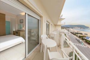 A balcony or terrace at Hotel Numana Palace