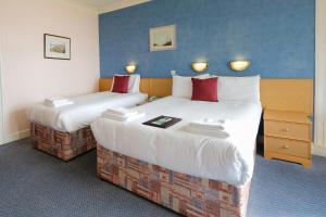 A bed or beds in a room at Selborne Hotel