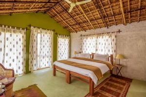 A bed or beds in a room at Countryside Cove by Vista Rooms