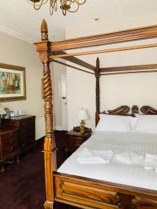 A bed or beds in a room at Bella Vista Hotel & Italian Restaurant