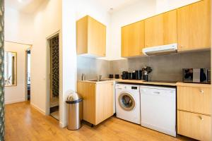 A kitchen or kitchenette at Modern flat near the Old Port