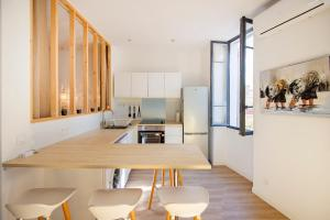 A kitchen or kitchenette at Bright apartment at 10 min from the BEACH