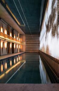 A piscina localizada em Nolinski Paris ou nos arredores