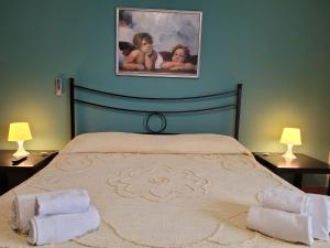 A bed or beds in a room at Villa Eleila Affittacamere