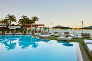 Der Swimmingpool an oder in der Nähe von Mondrian South Beach