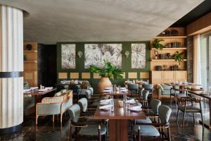Een restaurant of ander eetgelegenheid bij Mondrian South Beach