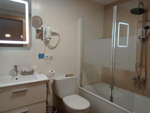 A bathroom at Pensión Úbeda