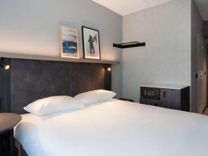 A bed or beds in a room at ibis Styles Den Haag Scheveningen