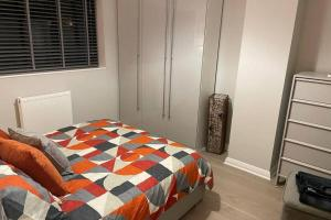 A bed or beds in a room at Luxurious House close to Rowhill Grange - Sleeps 6