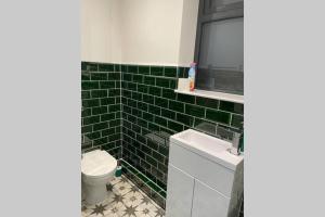 A bathroom at Luxurious House close to Rowhill Grange - Sleeps 6