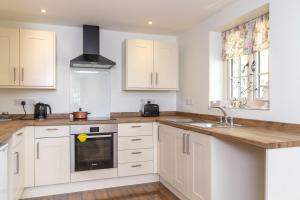 A kitchen or kitchenette at Breckland Cottage - Secluded Country Getaway