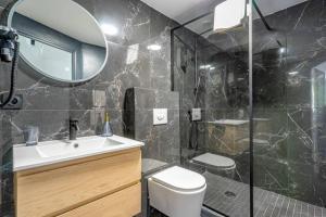 A bathroom at Charmant T2 climatisé - Canebière et Vieux-Port